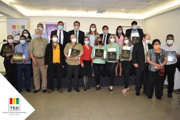 Vocales del TED Santa Cruz otorgan reconocimientos en el aniversario del departamento